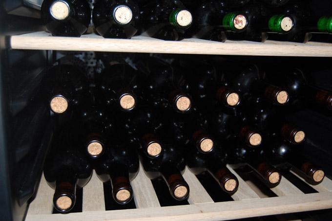 zakorkowane wino w chłodziarce