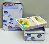 Przepisy podane w formie kart - wystarczy wylosować jedną z nich i bawić się przyrządzeniem nowego koktajlu. Ilość kart - 50, zapakowane w metalowe pudełeczko. Ciekawy i użyteczny prezent! Rozmiar pudełka 10x15 x 5 cm.