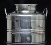 Wysokiej jakości Bańka ze stali kwasoodpornej INOX 18/10. Wykonana we Włoszech w fabryce o długiej tradycji w wytwarzaniu produktów dla przemysłu winiarskiego i gorzelnianego. Doskonale nadaje się do przechowywania win, nalewek, destylatów oraz oliwy.   W górnej części solidny zakręcany na gwint dekiel z uszczelką silikonową. Na dole zaślepka - można w jej miejsce wstawić dedykowany do tej bańki kranik 1/2 cala ze stali INOX dostępny w naszym sklepie.  Rozmiary beczki: wysokość całkowita 34 cm, szerokość 39 cm.  UWAGA! Produkt nie nadaje się do alkoholi pod ciśnieniem - np. do podpiwku.